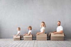 Έννοια σπιτιών ημέρας οικογενειακών νέα σπιτιών κινούμενη στοκ εικόνα
