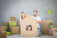Έννοια σπιτιών ημέρας οικογενειακών νέα σπιτιών κινούμενη στοκ φωτογραφίες με δικαίωμα ελεύθερης χρήσης