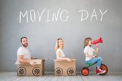 Έννοια σπιτιών ημέρας οικογενειακών νέα σπιτιών κινούμενη στοκ εικόνα με δικαίωμα ελεύθερης χρήσης
