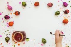 Έννοια στα αυγά χρωμάτων για Πάσχα, εγχώριος ελεύθερος χρόνος στοκ εικόνες