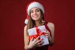 Έννοια στις 25 Δεκεμβρίου Χριστουγέννων Κλείστε επάνω το πορτρέτο φωτογραφιών ελκυστικού χαριτωμένου αρκετά συγκινημένου οδοντωτο στοκ φωτογραφία με δικαίωμα ελεύθερης χρήσης