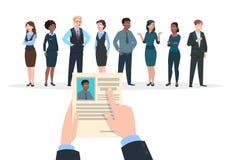 Έννοια στρατολόγησης Οι υποψήφιοι επιχειρηματιών παίρνουν συνέντευξη από Ο επιχειρηματίας κρατά ότι το βιογραφικό σημείωμα επαναλ διανυσματική απεικόνιση