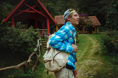 Έννοια στρατόπεδων, περιπέτειας, ταξιδιού και φιλίας Στοκ εικόνες με δικαίωμα ελεύθερης χρήσης