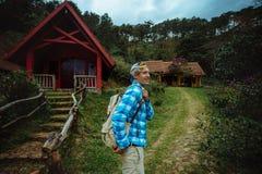 Έννοια στρατόπεδων, περιπέτειας, ταξιδιού και φιλίας Στοκ Εικόνα