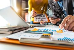 Έννοια συνεδρίασης των ομάδων εργασίας, επιχειρηματίας που χρησιμοποιεί το έξυπνο τηλέφωνο και το lap-top και τον ψηφιακό υπολογι στοκ φωτογραφίες με δικαίωμα ελεύθερης χρήσης
