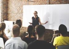 Έννοια συνεδρίασης του ακούσματος κατάρτισης επιχειρησιακής ομάδας στοκ εικόνα