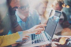 Έννοια συνεδρίασης του 'brainstorming' ομαδικής εργασίας ποικιλομορφίας ξεκινήματος Σφαιρικό lap-top οικονομίας διανομής συναδέλφ Στοκ Εικόνα