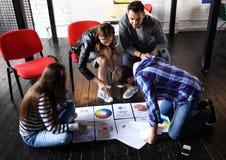 Έννοια συνεδρίασης του 'brainstorming' ομαδικής εργασίας ποικιλομορφίας ξεκινήματος Σφαιρικό lap-top οικονομίας διανομής συναδέλφ Στοκ Φωτογραφίες