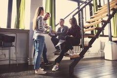 Έννοια συνεδρίασης του 'brainstorming' ομαδικής εργασίας ποικιλομορφίας ξεκινήματος Σφαιρικό lap-top οικονομίας διανομής συναδέλφ Στοκ Εικόνες