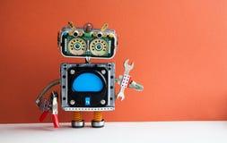 Έννοια συντήρησης εργασίας υπηρεσιών Ρομπότ handyman με το γαλλικό κλειδί χεριών, πένσες στο κόκκινο υπόβαθρο Κενή διεπαφή υπολογ στοκ εικόνες με δικαίωμα ελεύθερης χρήσης