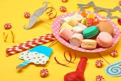 Έννοια σχεδίου υποβάθρου γιορτής γενεθλίων: καραμέλες, παγωτό λουλουδιών, doughnut και μπισκότα στο άσπρο ξύλινο υπόβαθρο με το α στοκ εικόνα με δικαίωμα ελεύθερης χρήσης