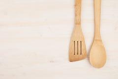 Έννοια σχεδίου του προτύπου των κενών ξύλινων μπεζ κουταλιών στο άσπρο ξύλινο υπόβαθρο Στοκ Εικόνα
