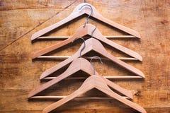 Έννοια τίποτα για να φορέσει την κενή ξύλινη κρεμάστρα παλτών Στοκ Εικόνες