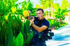 Έννοια ταξιδιού - αστείος έξοχος φωτογράφος εξοπλισμού με πολύ ασβέστιο Στοκ Εικόνα
