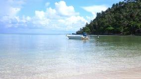 Έννοια ταξιδιού και διακοπών Τροπικός παράδεισος Koh Phangan Βάρκα πανιών στην ακτή αερακιού με το λευκό νησιών ` s φιλμ μικρού μήκους