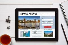Έννοια ταξιδιωτικού γραφείου στην οθόνη ταμπλετών με τα αντικείμενα γραφείων Στοκ φωτογραφίες με δικαίωμα ελεύθερης χρήσης