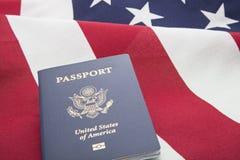 Έννοια ταξιδιού διαβατηρίων αμερικανικών σημαιών Στοκ φωτογραφία με δικαίωμα ελεύθερης χρήσης