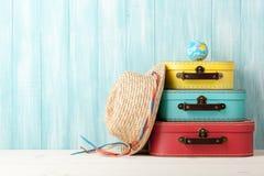 Έννοια ταξιδιού με τις αναδρομικές βαλίτσες ύφους, το καπέλο αχύρου και τη σφαίρα ο στοκ εικόνα με δικαίωμα ελεύθερης χρήσης