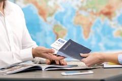 Έννοια ταξιδιωτικού γραφείου ανδρών και γυναικών Στοκ Εικόνες