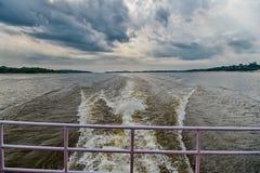 Έννοια ταχύτητας και ενέργειας Ίχνος στο νερό στην μπλε θάλασσα στο Manaus, Βραζιλία Παραλία στον ορίζοντα στο νεφελώδη ουρανό Αν Στοκ Φωτογραφίες