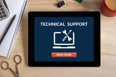 Έννοια τεχνικής υποστήριξης στην οθόνη ταμπλετών με τα αντικείμενα γραφείων Στοκ εικόνα με δικαίωμα ελεύθερης χρήσης