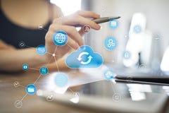 Έννοια τεχνολογίας σύννεφων στην εικονική οθόνη Αποθήκευση στοιχείων και υπολογισμός στοκ εικόνα με δικαίωμα ελεύθερης χρήσης