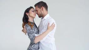 Έννοια της αγάπης, των σχέσεων και του κοινωνικού χορού Νέος όμορφος αισθησιακός χορός χορού ζευγών σε ένα άσπρο υπόβαθρο απόθεμα βίντεο
