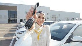Έννοια της αγοράς ενός αυτοκινήτου Ευτυχές μουσουλμανικό κλειδί αυτοκινήτων εκμετάλλευσης γυναικών απόθεμα βίντεο