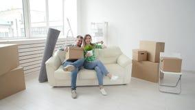 Έννοια της αγοράς και της ενοικίασης της ακίνητης περιουσίας Το νέο οικογενειακό ζεύγος αγόρασε ή νοικίασε το πρώτο μικρό διαμέρι φιλμ μικρού μήκους