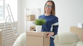 Έννοια της ακίνητης περιουσίας και της μόνης ζωής Ευτυχής νέα γυναίκα που κινείται προς το νέο σπίτι απόθεμα βίντεο