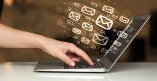 Έννοια της αποστολής των ηλεκτρονικών ταχυδρομείων στοκ εικόνα με δικαίωμα ελεύθερης χρήσης