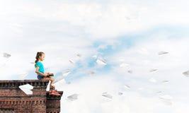 Έννοια της απρόσεκτης ευτυχούς παιδικής ηλικίας με το αεροπλάνο κοριτσιών και εγγράφου που πετά γύρω Στοκ φωτογραφία με δικαίωμα ελεύθερης χρήσης