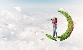 Έννοια της απρόσεκτης ευτυχούς παιδικής ηλικίας με το κορίτσι στο πράσινο φεγγάρι Στοκ φωτογραφία με δικαίωμα ελεύθερης χρήσης
