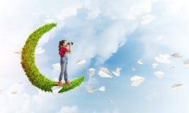 Έννοια της απρόσεκτης ευτυχούς παιδικής ηλικίας με το κορίτσι στο πράσινο φεγγάρι Στοκ φωτογραφίες με δικαίωμα ελεύθερης χρήσης