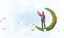 Έννοια της απρόσεκτης ευτυχούς παιδικής ηλικίας με το κορίτσι στο πράσινο φεγγάρι Στοκ Εικόνες