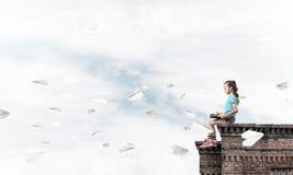 Έννοια της απρόσεκτης ευτυχούς παιδικής ηλικίας με το ΛΦ αεροπλάνων κοριτσιών και εγγράφου Στοκ εικόνα με δικαίωμα ελεύθερης χρήσης