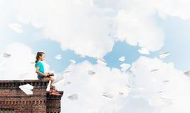 Έννοια της απρόσεκτης ευτυχούς παιδικής ηλικίας με το αεροπλάνο κοριτσιών και εγγράφου που πετά γύρω Στοκ Εικόνες