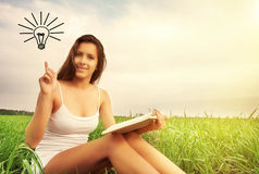 Έννοια της εκπαίδευσης. κορίτσι που διαβάζει ένα βιβλίο στοκ φωτογραφία