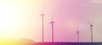 Έννοια της εναλλακτικής ενέργειας, ανεμόμυλοι στο υπόβαθρο ηλιοβασιλέματος Στοκ Εικόνες