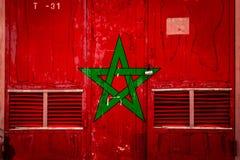 Κινηματογράφηση σε πρώτο πλάνο της παλαιάς πύλης αποθηκών εμπορευμάτων με τη εθνική σημαία ελεύθερη απεικόνιση δικαιώματος