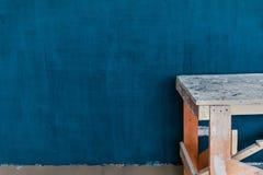Έννοια της επισκευής στο σπίτι: Πρόσφατα χρωματισμένος μπλε τοίχος στοκ εικόνα
