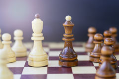Έννοια της ηγεσίας, επιτυχία, κίνητρο Κομμάτια σκακιού στο χαρτόνι Στοκ εικόνα με δικαίωμα ελεύθερης χρήσης