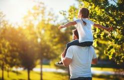 Έννοια της ημέρας του πατέρα! ευτυχείς οικογενειακός μπαμπάς και κόρη παιδιών πίσω στη φύση στοκ εικόνες