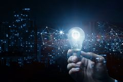 Έννοια της ιδέας και της καινοτομίας Χέρι με ένα καίγοντας εργαλείο στοκ εικόνες