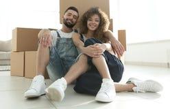 Έννοια της κίνησης προς ένα νέο διαμέρισμα ζεύγος ευτυχές Στοκ εικόνα με δικαίωμα ελεύθερης χρήσης