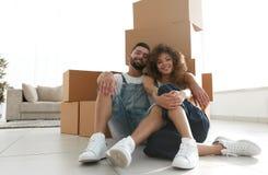 Έννοια της κίνησης προς ένα νέο διαμέρισμα ζεύγος ευτυχές Στοκ Εικόνα