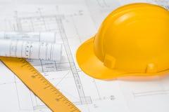 Έννοια της κατασκευής και του σχεδίου με το κίτρινο κράνος Στοκ Φωτογραφίες