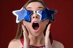 Έννοια της κατοχής μιας γιορτής γενεθλίων ή ενός κόμματος Χριστουγέννων Αρκετά ευτυχές W στοκ φωτογραφίες με δικαίωμα ελεύθερης χρήσης