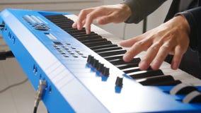 Έννοια της μουσικής και των ζωντανών συναυλιών Χέρια του πληκτρολογίου παιχνιδιού μουσικών στη συναυλία απόθεμα βίντεο