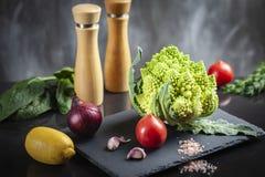 Έννοια της οργανικής τροφής με τα φρέσκα λαχανικά: Μπρόκολο Romanesco, ώριμες ντομάτες, κόκκινο κρεμμύδι στοκ φωτογραφία με δικαίωμα ελεύθερης χρήσης